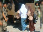 Kedua pelajar perempuan yang diamankan (sumber foto: Humas Satpol PP Padang)