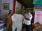 Dede Desmana (27) warga jalan Setia Budi, Kecamatan IV Jurai, Kabupaten Pesisir Selatan mendonasikan produksi Alat Pengaman Diri ( APD)