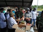Letkol Kav Ferry Lahe S.A.P didampingi Ketua Persit Kodim 0306 /50 Kota Ny. Ferry Lahe menyerahkan bantuan kepada Satgas Covid-19