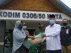 Bupati Irfendi Arbi menyerahkan Bantuan Sembako kepada Keluarga Penerima Manfaat (KPM) Foto: Edwardi/dekadepos